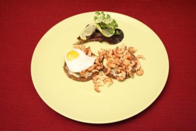 Krabben auf Schwarzbrot mit Spiegelei - Rezept