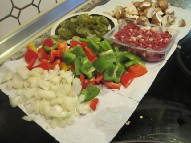 Schnitzel (Jäger und Paprika in einem) mit Pommes und Salat - Rezept - Bild Nr. 2