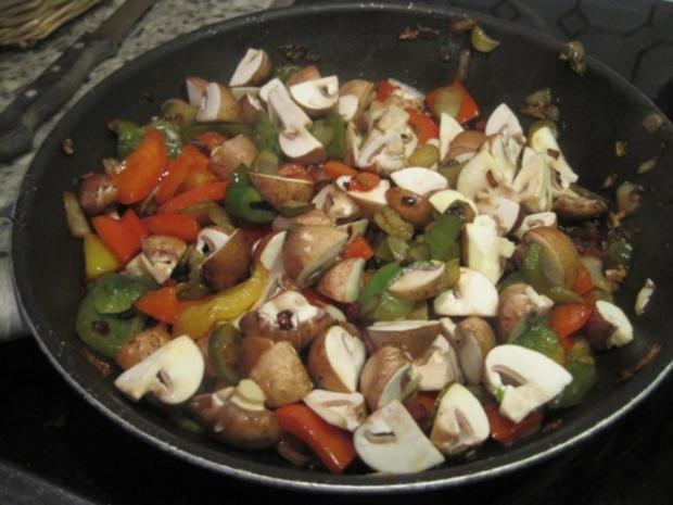 Schnitzel (Jäger und Paprika in einem) mit Pommes und Salat - Rezept - Bild Nr. 4