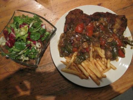 Schnitzel (Jäger und Paprika in einem) mit Pommes und Salat - Rezept