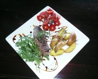 Rezept: Roastbeef auf Rucola mit Rosmarinkartoffeln an Feigen-Tomaten-Salat