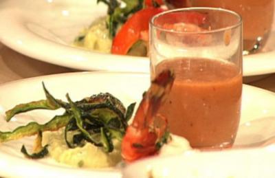 Gebratene Garnelen mit Zucchinipüree und Gazpacho à la Henssler - Rezept