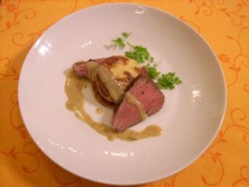 Pochiertes Rinderfilet mit Estragonsoße an Grießplätzchen auf Raukebett - Rezept