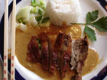 Chinesische Knusperente auf Gemüsebett mit Erdnuss-Sauce und Reis - Rezept - Bild Nr. 3