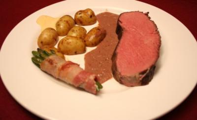 Roastbeef in Portwein-Soße mit Kartoffelecken und Bohnen im Speckmantel - Rezept