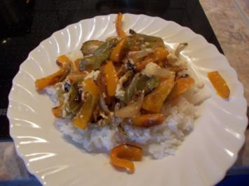 Gebratenes Paprikagemüse mit angeschmolzenem Schafskäse auf Reis - Rezept