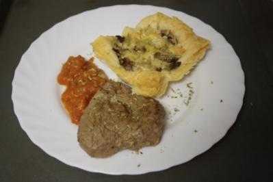 Fleisch, Rind: Rindermedailons an Tomatenpasto und Blätter-Pilz-Muffins - Rezept