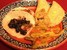 Maistortilla mit Huitlacoche und Nopalgemüse, dazu Guacamole und Salsa Mexicana - Rezept