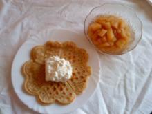 Waffeln mit Apfelkompott und Schlagsahne - Rezept