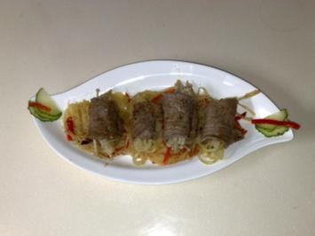 Asiatische Rindfleischröllchen auf Kartoffel-Paprikabett - Rezept