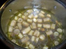 Pilz-Essenz mit Crépes-Streifen (leider habe ich kurz vor dem Servieren vergessen, ein - Rezept