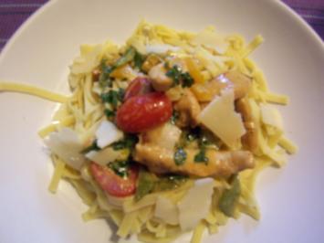 Frische Tagliatelle mit pikanter Gemüse- Hähnchenbrustsauce - Rezept