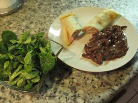 Eierpfannkuchen mit Schinken mit Pfifferlingen in Rotwein-Sahne-Soße dazu Feldsalat - Rezept