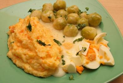 Rosenkohl mit Schnippel-Ei und Rüben-Pü - Rezept
