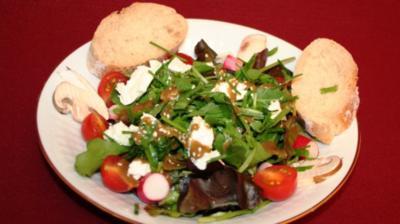 Gemischter Salat mit Sesam-Balsamicodressing und Kuhweichkäse - Rezept