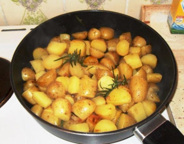 knusprige Hähnchenschenkel mit Rosmarinkartoffeln - Rezept - Bild Nr. 4