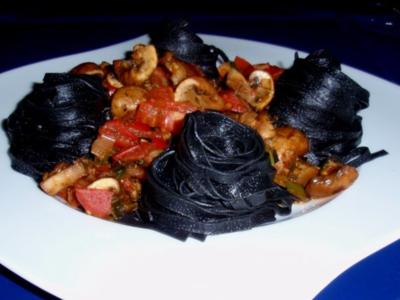 Fettuccine al nero di seppia mit Tomaten-Champignonsoße - Rezept