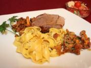Gebratene Lammkeule mit Bandnudeln, Pfifferlingen und Tomatensalat - Rezept