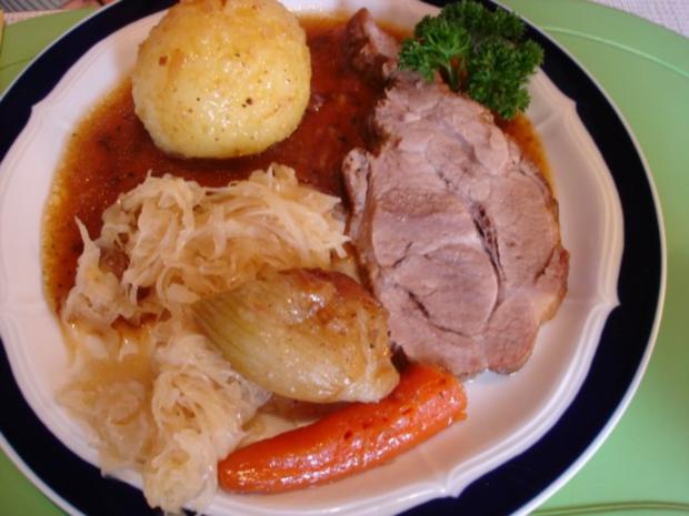 Bayerischer Schweinebraten mit Knödel und Sauerkraut - Rezept