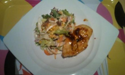 Süßscharfes Hähnchen mit Salätchen - Rezept