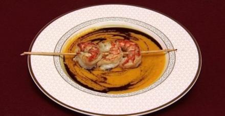 Leichte Kokos-Karotten-Kürbis-Suppe mit Garnelen-Spießen (Jessica Kastrop) - Rezept
