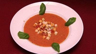 Kalte Tomaten-Gurken-Suppe, garniert mit Gartengemüse (Funda Vanroy) - Rezept