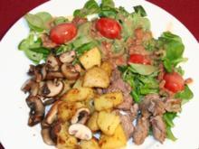 Feldsalat mit gebratenen Schweinefiletstreifen, Champignons und Backofenkartoffeln - Rezept