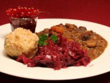 Gulasch vom Schwarzwild mit Speck-Semmelknödel mit Rotkohl und Johannisbeeren - Rezept