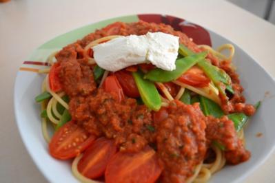 Spaghetti mit Tomaten-Pesto und Zuckerschoten - Rezept