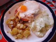 Leberkäse gebraten mit Spiegelei, Bratkartoffeln und Gurkensalat - Rezept
