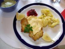 Wiener Schnitzel mit Kartoffelsalat nach Irene  und Gurkensalat süss-sauer - Rezept