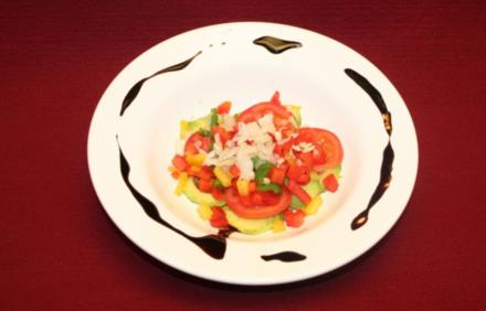Avocadosalat mit Tomaten unter einer Paprika-Chili Zwiebelwürfeldecke - Rezept