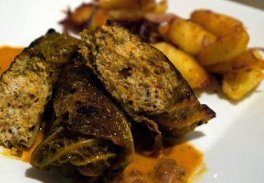 Hähnchen im Wirsingmantel mit pikanten Kartoffeln - Rezept