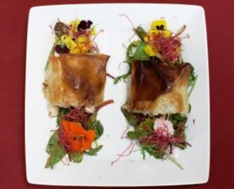 Strudel von der Maishähnchenbrust und Garnelen auf Salat (Detlef Soost) - Rezept