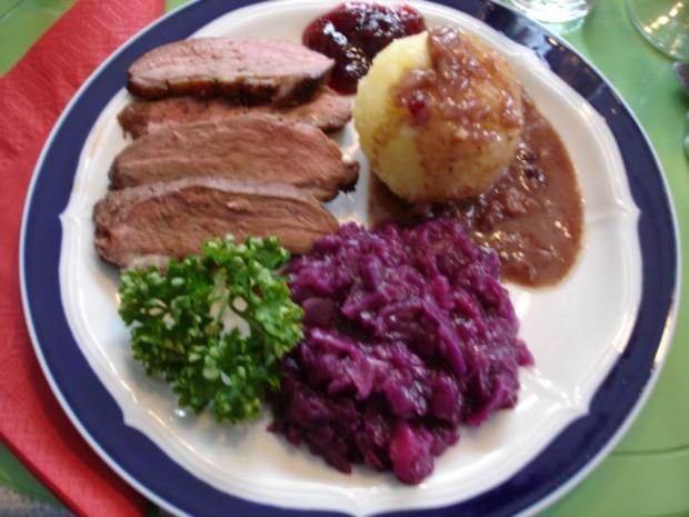 Barbarie Entenbrustfilet mit Rotweinsauce, Apfel-Rotkohl und fränkischen Knödeln - Rezept