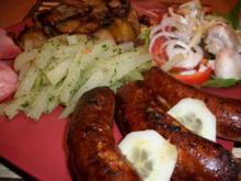 Bratkartoffeln, Grobe Bratwurst, Kohlrabigemüse und einen kleinen Salat - Rezept