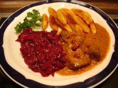 Rindergulasch mit Preiselbeeren, Apfel-Rotkohl und Schupfnudeln - Rezept