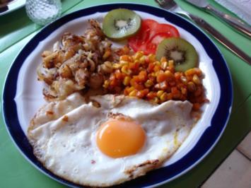 Bratkartoffeln mit Spiegelei und Möhren-Mais-Gemüse - Rezept