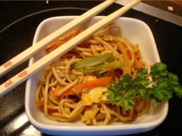 Chinesische Bratnudeln mit Ei, Hühnerfleisch und Gemüse - Rezept