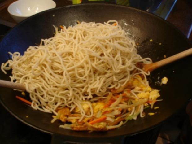 Chinesische Bratnudeln mit Ei, Hühnerfleisch und Gemüse - Rezept - Bild Nr. 11