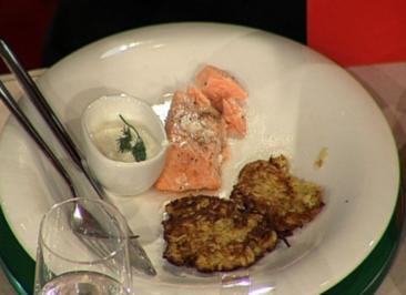 Puffer vom Rübchen mit frisch geräuchertem Lachs (Ralph Morgenstern) - Rezept