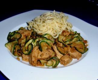 Filet-Zucchini-Gulasch mit Gabelspaghetti - Rezept