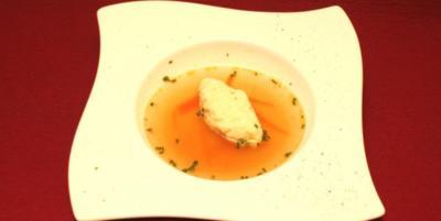 Rinderbrühe mit Gemüsejulienne und Grießnockerln - Rezept