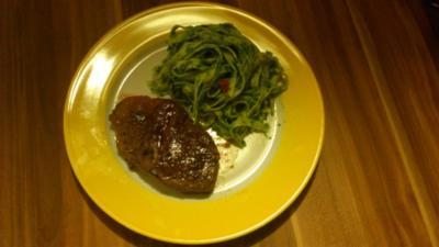 Tagliatelle mit Petersilienpesto zu Steaks vom Jungbullen - Rezept