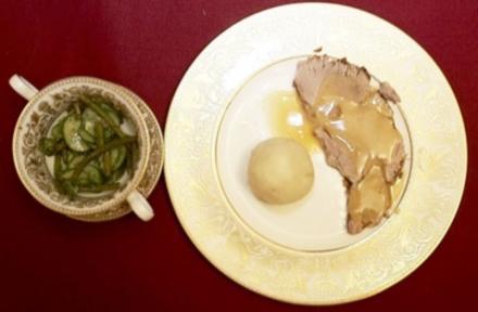 Zigeunerbraten mit Klößen und Bohnen-Gurken-Salat (Brigitte Grothum) - Rezept