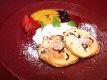 Kleine Pfannkuchen an Fruchtspiegel mit Sahne - Rezept