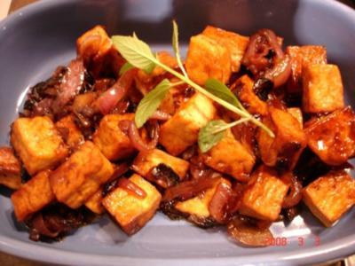Knuspriger Tofu mit roten Zwiebeln - Rezept