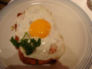 Brot mit gebratenem Leberkäse und Spiegelei - Rezept