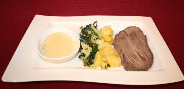 Tafelspitz mit Wirsing-Senf-Gemüse, dazu Zitronenkartoffeln und weiße Schokoladensoße - Rezept