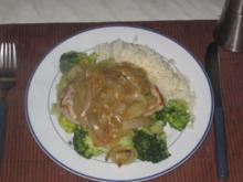 Schnitzel mit Schmorzwiebeln auf Broccoli Bett - Rezept